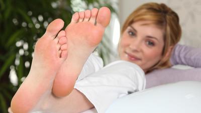 Jak się pozbyć brzydkiego zapachu stóp