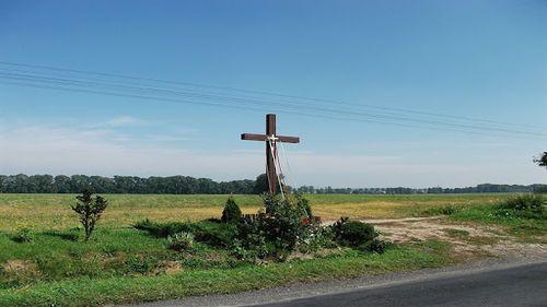 Krzyż przydrożny i kapliczka przy drodze – znaczenie tych miejsc