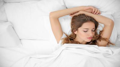 Jak spać na podłodze i co to daje