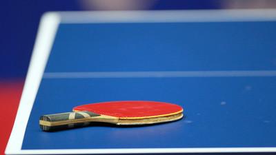 Jak przyklejać okładziny w tenisie stołowym