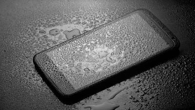 Jak uratować zalany i mokry telefon